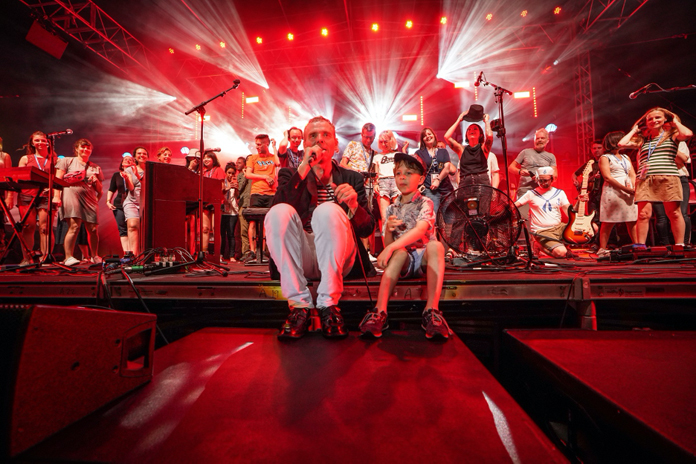 Belle and Sebastian Announce New Live Album, Share Videos for Two Tracks From It